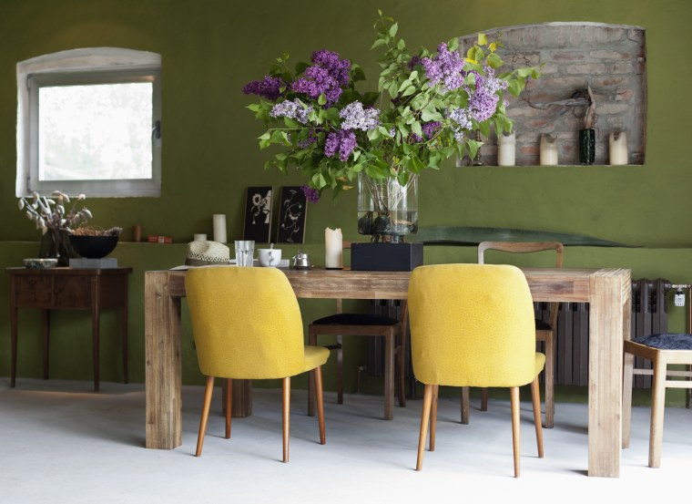 Image: Green dining room with fowers