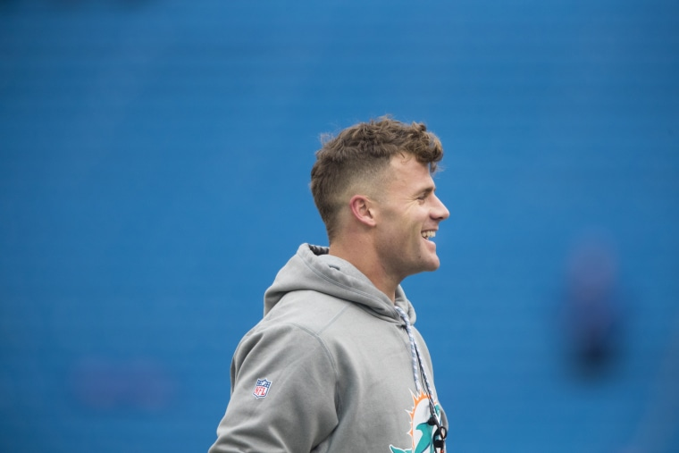 Image: Kiko Alonso of the Miami Dolphins warms up before a game