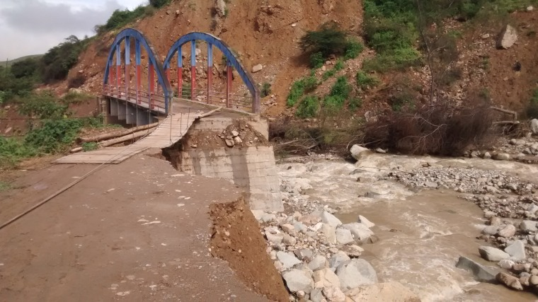 The bridge that runs from Cascas to the community of Puente Piedra was destroyed by the overflow of the river Ochape.