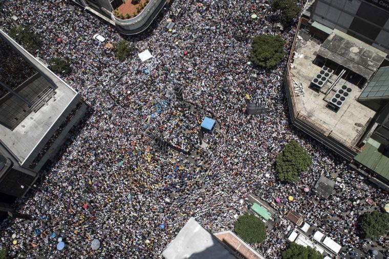 Image: Thousands of demonstrators protesting in Venezuela