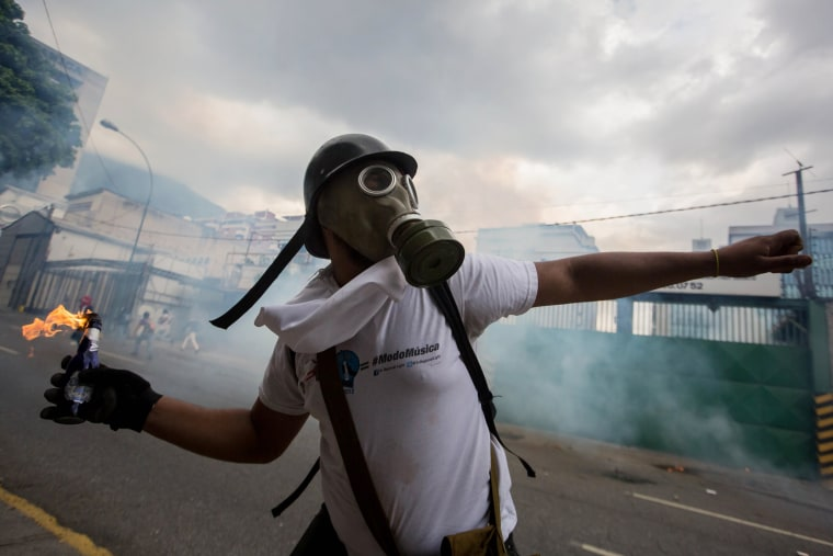 Image: Demonstrators clash with the Venezuelan National Guard in Caracas