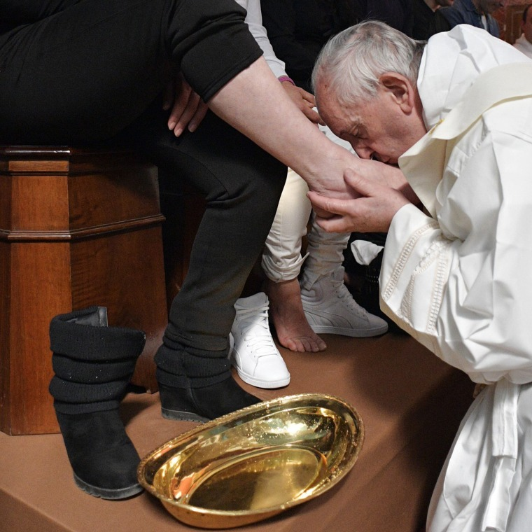 Image: Pope Francis washes the feet of inmates