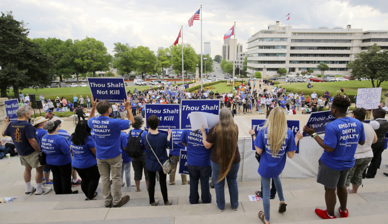 Image: Crowds gather at a rally opposing Arkansas' upcoming executions
