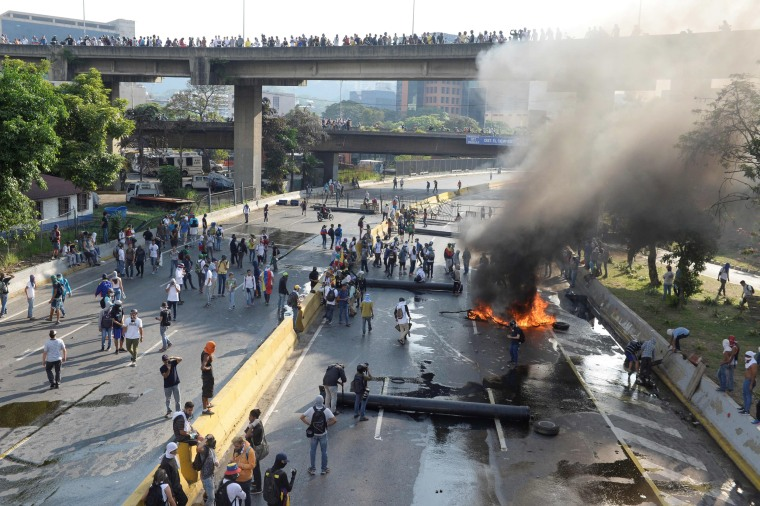 Image: Opposition activists set up barricades in Caracas