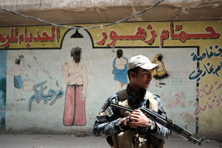 Image: An Iraqi soldier in Mosul