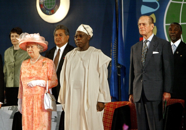 Image: Commonwealth heads of state with the queen in 2003.