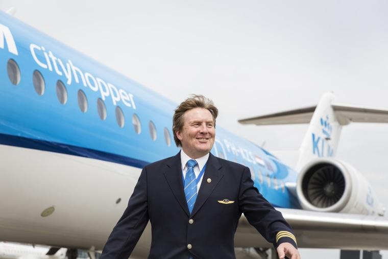 Image: Dutch King Willem-Alexander in front of a KLM Cityhopper Fokker 70.