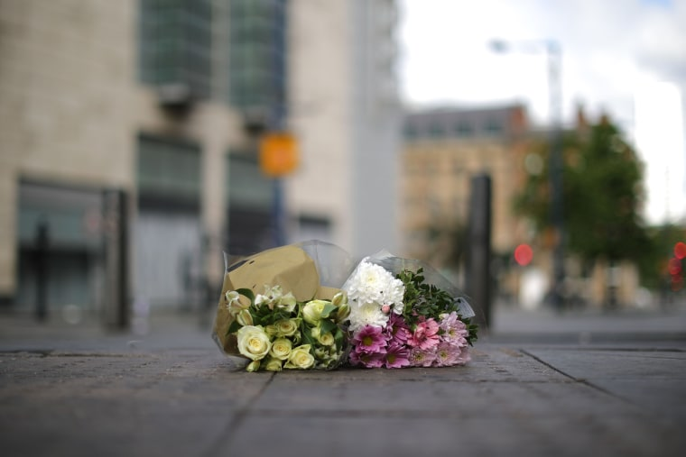 Image: The first floral tributes to the victims of the terrorist attack