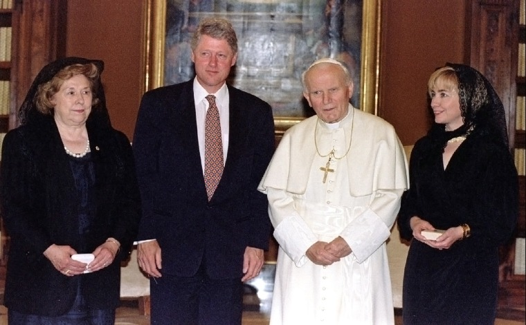 Image: President Bill Clinton, Hillary Rodham Clinton and Dorothy Rodham meet Pope John Paul II