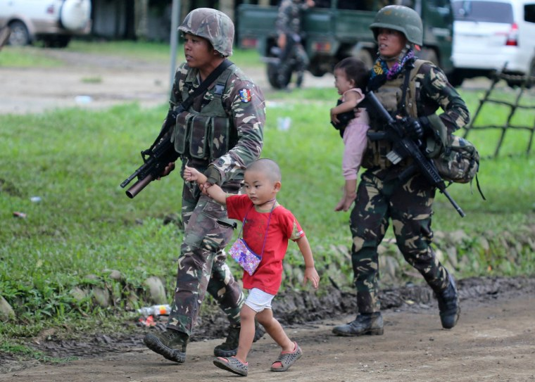Image: Government troops conduct military offensive against rebels in Marawi City