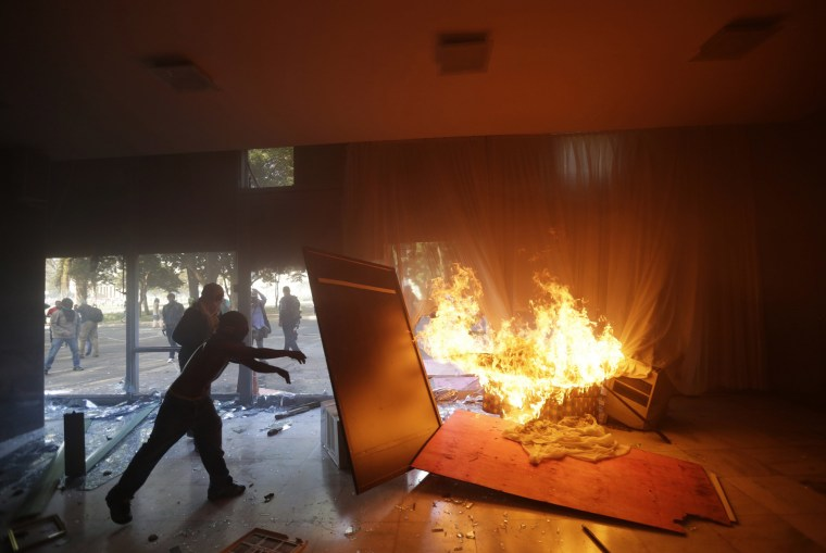 Image: Demonstrators attack facilities of the Agriculture Ministry in Brasilia
