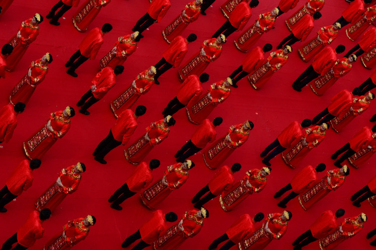 Image: Newly-wed couples attend a group wedding ceremony in traditional Han Dynasty style at Ganzhou