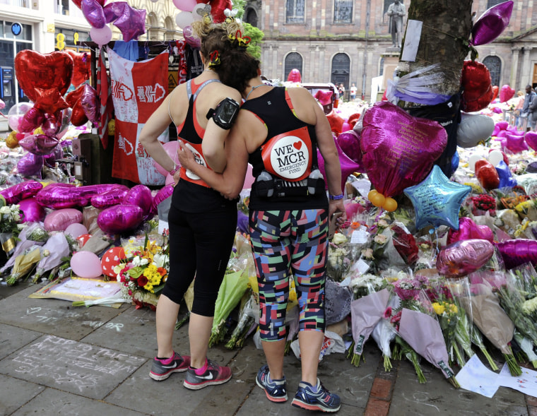 Image: Runners pay their respects