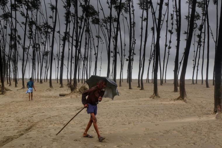 Image: A Bangladeshi villager evacuates to a cyclone shelter