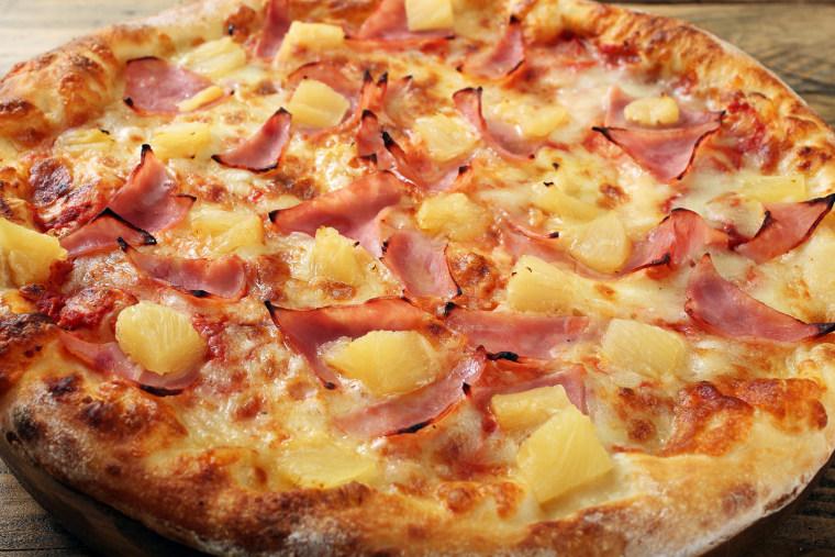 Image: A hawaiian pizza pie
