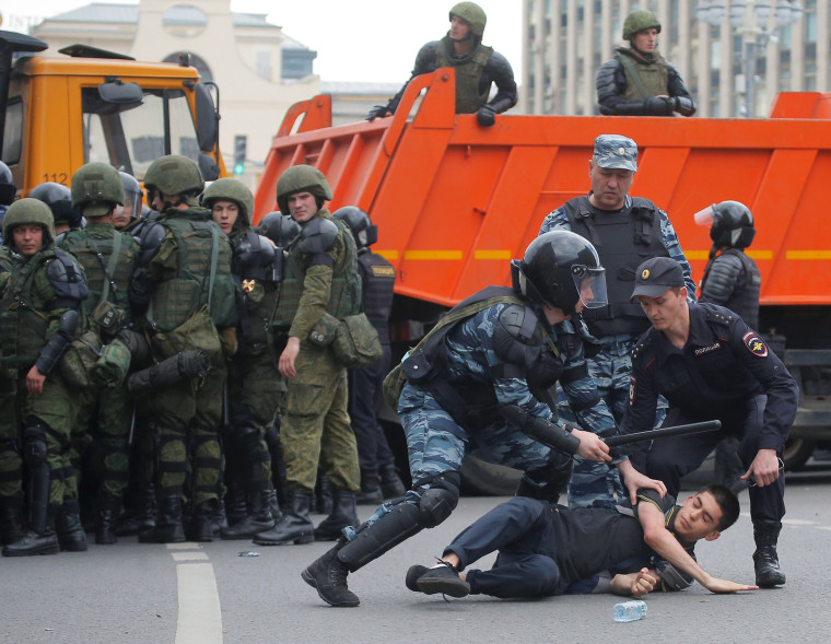 Image: Riot police detain a demonstrator during an anti-corruption protest in central Moscow