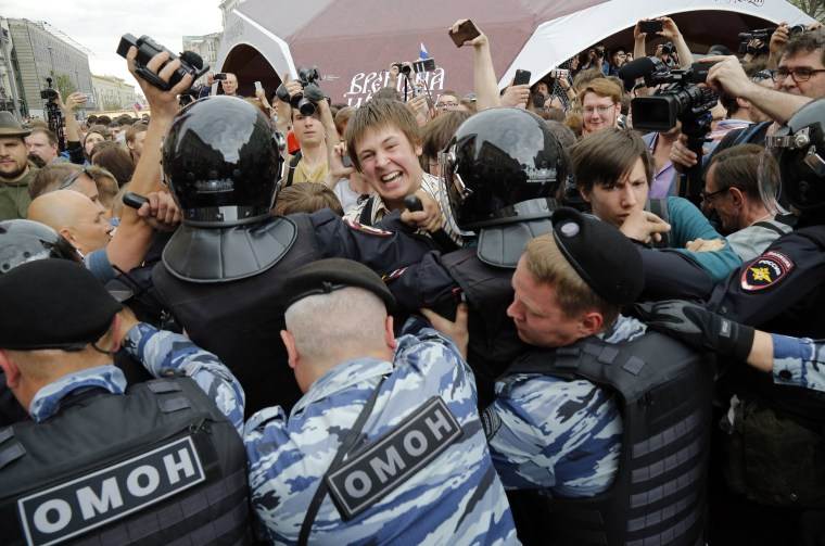 Image: Protestors are blocked during a demonstration in downtown Moscow