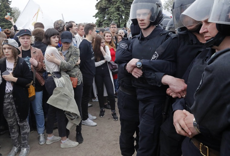 Image: Russian police officers face participants of an unauthorized anti-corruption rally