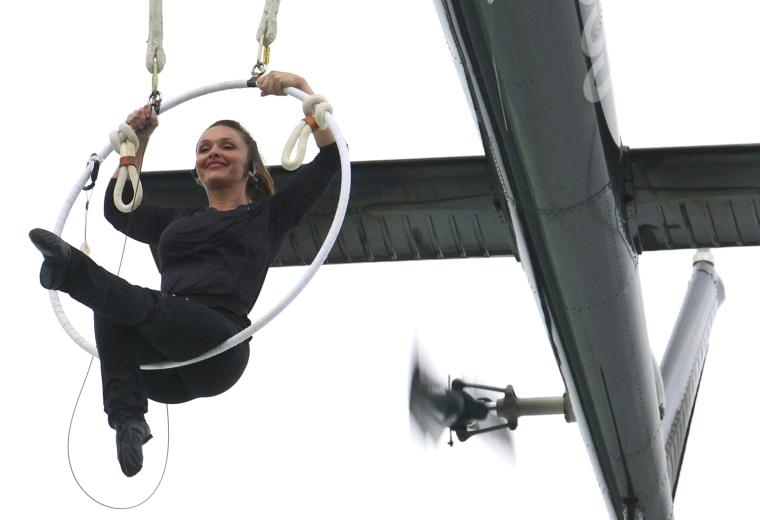 Image: Erendira Wallenda performing above Niagra Falls