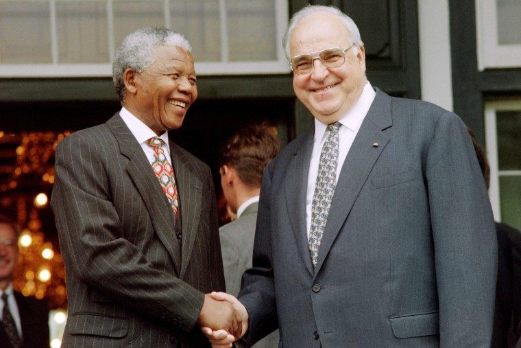 Image: Former German Chancellor Helmut Kohl (R) and South African President Nelson Mandela