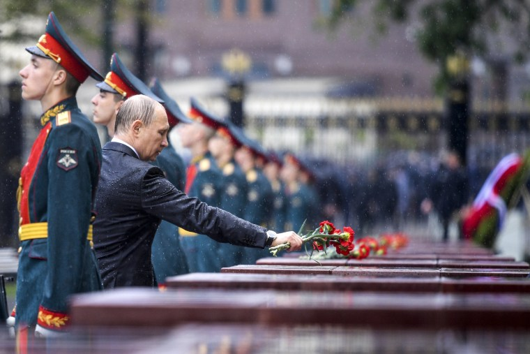 Image: Vladimir Putin takes part in a wreath laying ceremony in Moscow