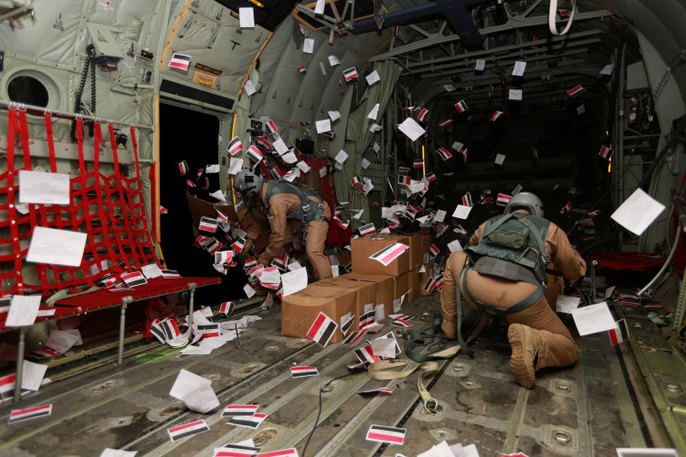Image: Iraqi Army personnel drop leaflets over Iraq