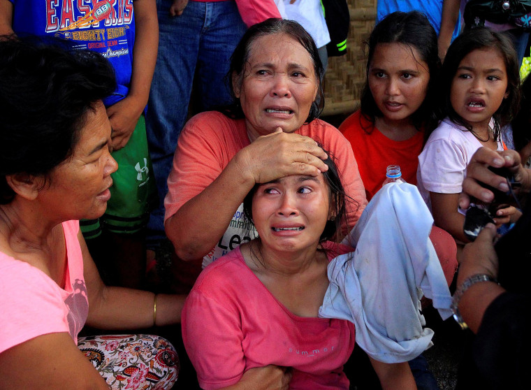 Image: Philippine residents waiting to leave their homes