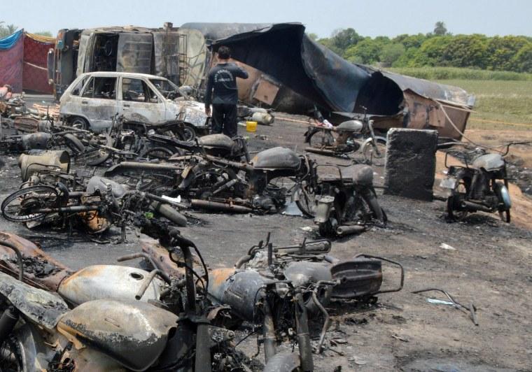 Image: At least 148 people killed in an oil tanker explosion near Bahawalpur, Pakistan