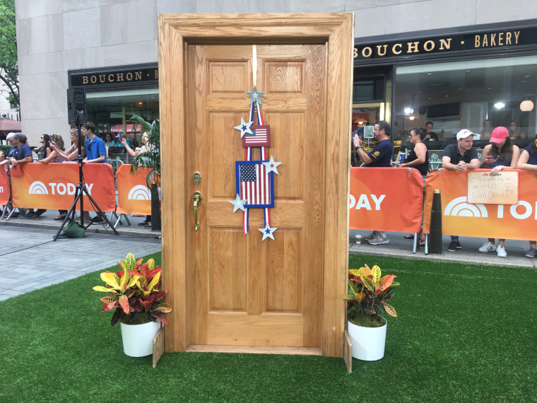 A fun and easy way to dress up your front door for the holiday weekend.