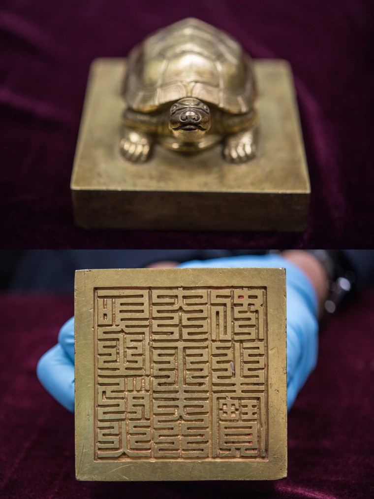 This bronze seal was designed to honor Queen Munjeong, who reigned from 1545 to 1565.