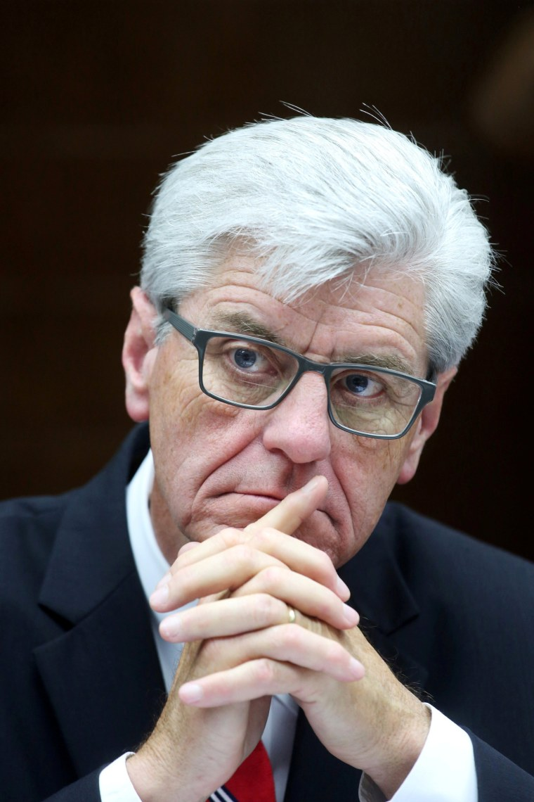 Image: FILE PHOTO: Mississippi Governor Bryant listens to Cuba's Minister of Foreign Trade and Investment Rodrigo Malmierca in Havana