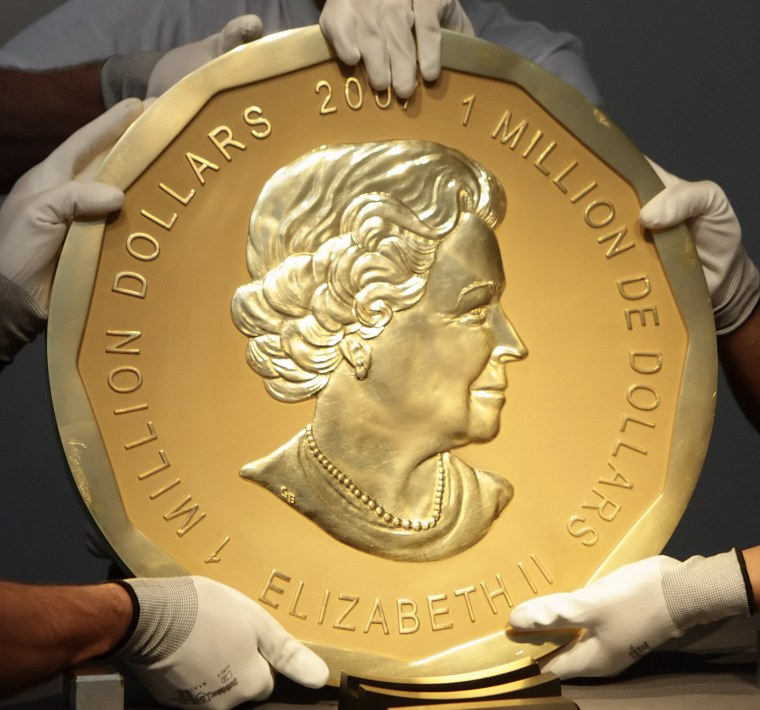 Image: Experts of an Austrian art forwarding company remove the world's largest gold coin a 2007 Canadian $ 1,000,000 Maple Leaf with a weight of 100 kilos and a diameter of 53 cm from Dorotheum auction house after the auction in Vienna