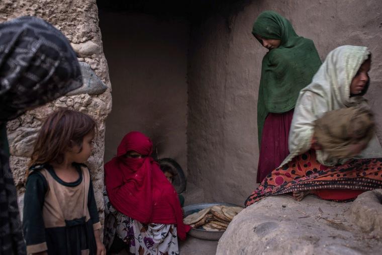 Image: Women bake naan