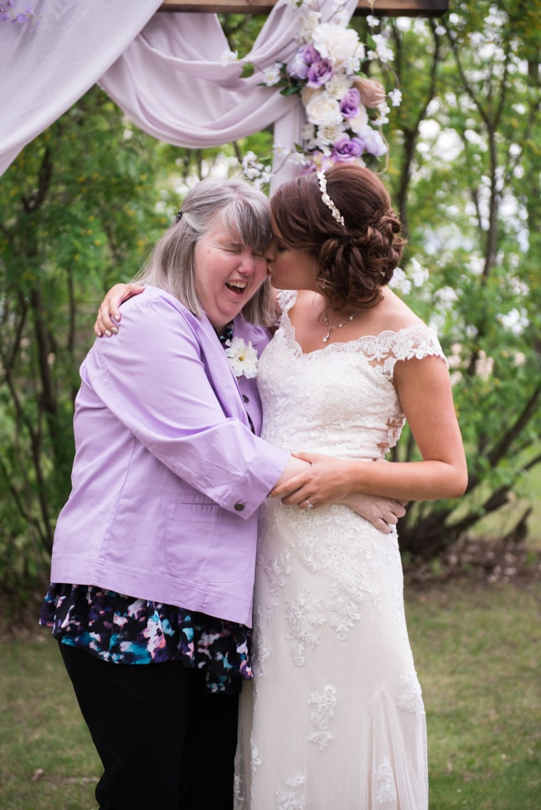 Couple plans wedding in 25 days so mom with Alzheimer's can attend