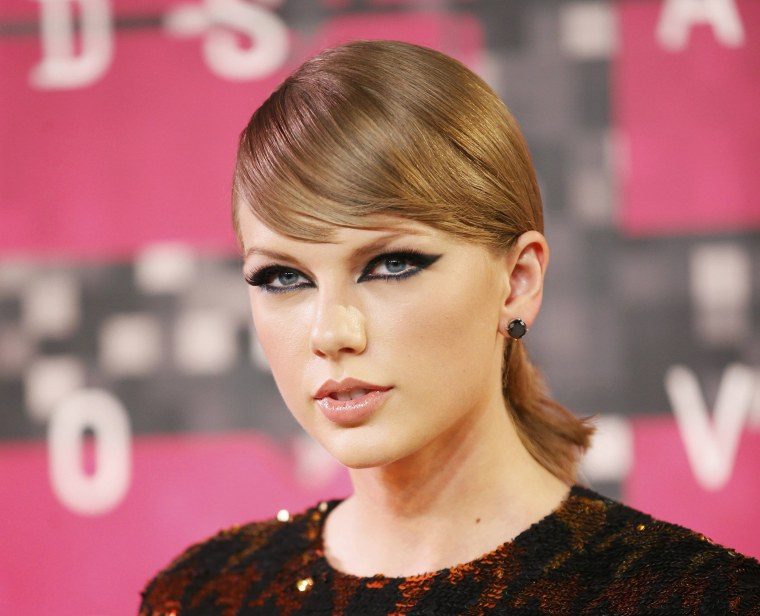 Image: Taylor Swift arrives at the 2015 MTV Video Music Awards in Los Angeles