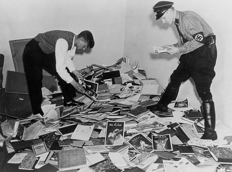 III.Reich, burning of the books 10.05.1933:Students of the natiional-socialist students association NSDStB collecting 'un-german and decadent' books in order to transport them to the pyre at the berlin Opernplatz: Picture shows the confiscation of th