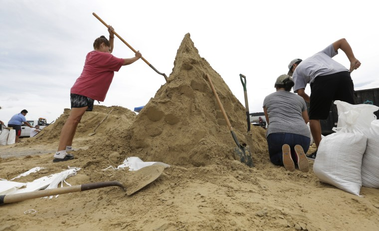 Image: Corpus Christi residents fill sand bags