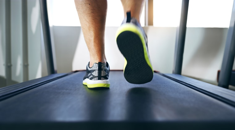 Image: A man walks on a treadmill in the gym