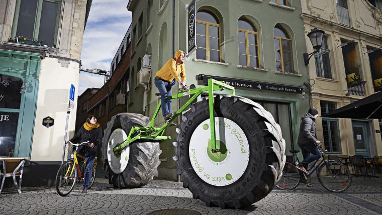 Jeff Peeters - Heaviest Bicycle Guinness World Records 2016 Photo Credit: Ranald Mackechnie/Guinness World Records Location: Mechelen, Belgium