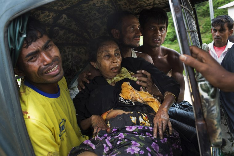 Image: An injured elderly woman and her relatives rush to a hospital on an autorickshaw
