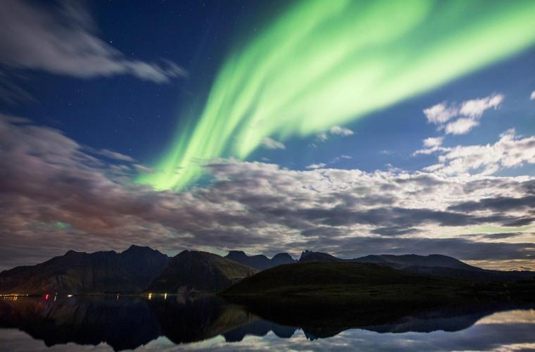 Image: Northern lights (aurora borealis) illuminate the sky