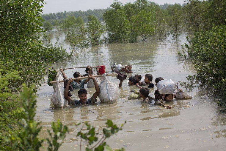 Image: A Rohingya family reaches the Bangladesh border