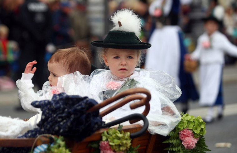 Image: Children dressed in traditional Bavarian clothes take part in Oktoberfest parade in Munich