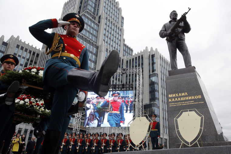 Image: TOPSHOT-RUSSIA-WEAPONS-PEOPLE-KALASHNIKOV