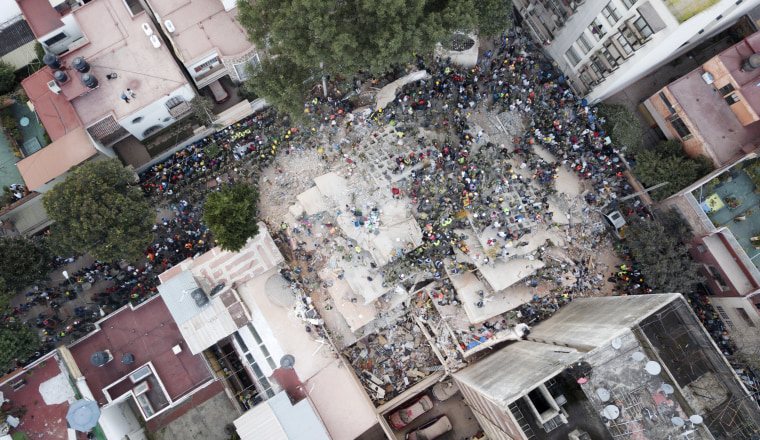 Image: Rescue workers search for survivors of a collapsed building the Del Valle neighborhood of Mexico City