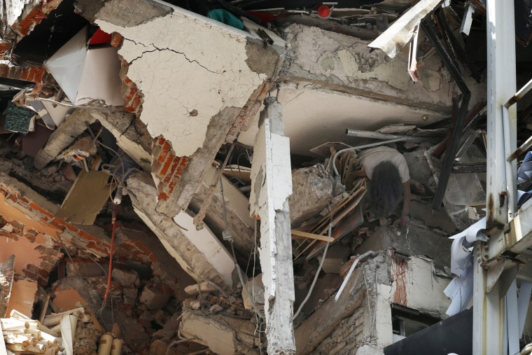 Image: A woman's body was crushed by a collapsed building in Mexico City's Roma Norte neighborhood