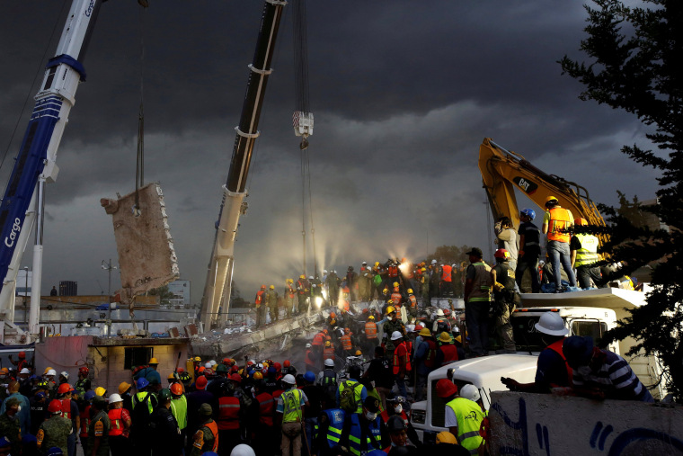 Image: Rescue workers and Mexican soldiers take part in a rescue operation at a collapsed building after an earthquake at the Obrera neighborhood in Mexico City