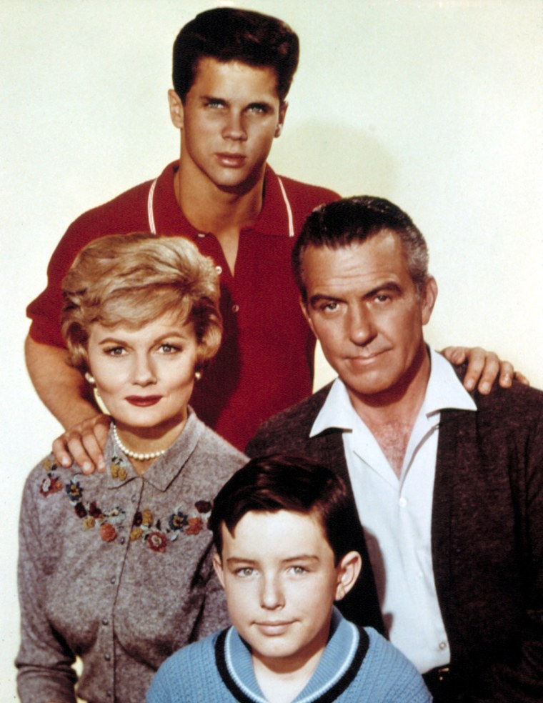 LEAVE IT TO BEAVER, (top) Tony Dow, Barbara Billingsley, Hugh Beaumont, Jerry Mathers, 1957-63.