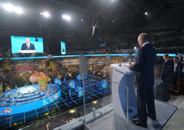 Image: Putin addresses participants in Sochi