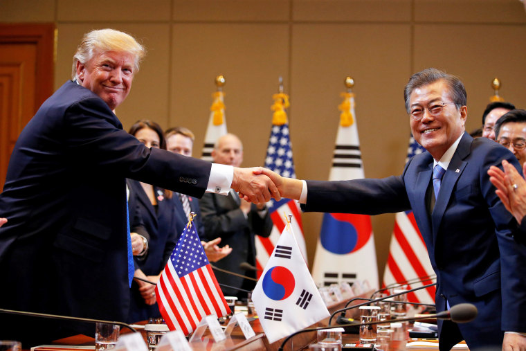 Image: Trump arrives in South Korea for the second stop of his five-country trip to Asia